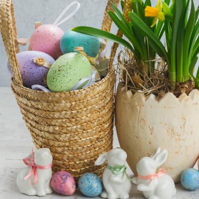 L'œuf est un symbole de Pâques comme la cloche, le lapin, le pain, l'agneau ou encore la Pâquerette. Retrouvez notre dossier sur les symboles de Pâques avec des explications. Certains sont communs à la Pâque juive ou les Pâques chrétiennes, d'autres n'ont