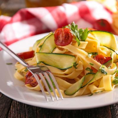 Salade de tagliatelles totalement diététique, les tagiatelles sont faites dans des courgettes. Recette de salade pour faire découvrir les légumes aux enfants.