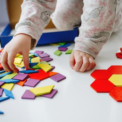 Le tangram Montessori est un jeu à la fois éducatif et ludique pour développer les apprentissages de l'enfant. Retrouvez notre guide complet pour bien le choisir !