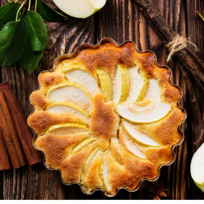 Recette de la tarte aux pommes simplement garnie d'une garniture à base de crème fraîche. Un dessert simple et facile à faire avec les enfants. Le goût simple de cette tarte aux pommes à la crème plaira aux enfants.