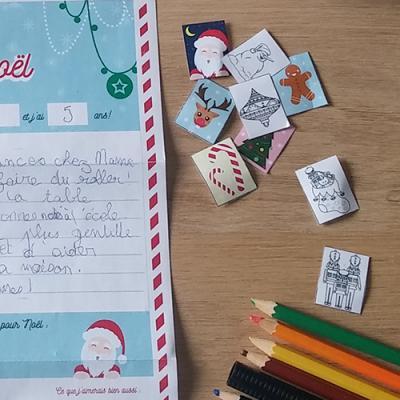 Voici une très jolie planche de timbres de Noël à imprimer pour que votre enfant puisse le coller sur son enveloppe et ainsi envoyer facilement sa lettre au Père Noël. Qu'il choisisse un timbre de Noël tout prêt, un timbre à colorier ou qu'il dessine son