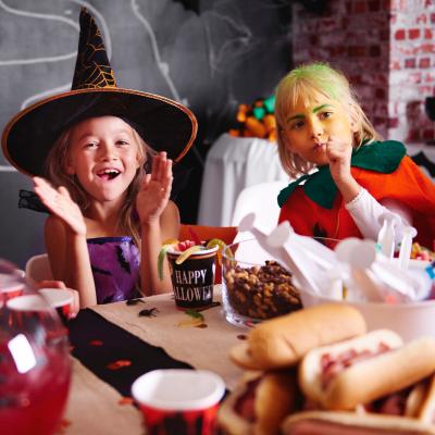 Un top de 13 musiques d'Halloween pour se mettre dans l'ambiance pour un goûter ou un repas d'Halloween. Découvrez ces musiques qui sont indispensables pour une fête d'enfants. De thriller en passant par voici halloween.