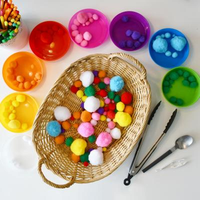 Activité enfant Montessori pour apprendre à trier les couleurs tout en travaillant la motricité fine. Une activité sans préparation qui permet de proposer à l'enfant de jouer en autonomie en développant sa coordination.