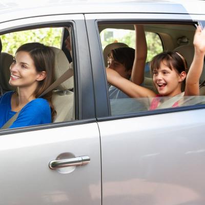 Voici un jeu très simple à faire avec toute la famille y compris les plus jeunes : les joueurs doivent retrouver deux voiture jumelles. Selon l'âge des enfants il peut être décidé de ne retenir que les voitures de modèle identique ou des voitures de modèl