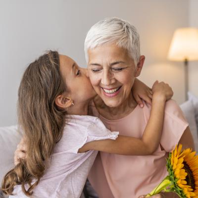 Réciter un poème pour la fête des grands mères peut être une bonne idée d'attention et de petit cadeau qui fera plaisir aux mamies.