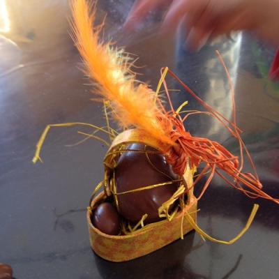 Les plumes et les raphias sont de sortie pour cette belle idée de décoration de panier de pâques
