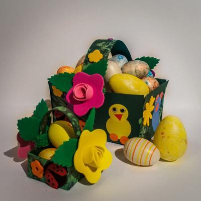 Une idée de mama clara pour décorer un panier de Pâques avec des enfants de 2 à 3 ans