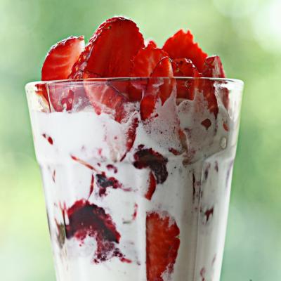 Vous cherchez une recette avec des fraises ? Voici la verrine fraise framboise ! Un délicieux dessert sucré que les enfants adorent et une recette extrêmement facile et super rapide à réaliser avec eux quand arrive les beaux jours et le mois de mai.