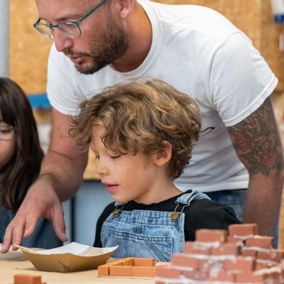 Voici Wecandoo ! La plateforme qui réunit 800 artisans et proposent des ateliers créatifs pour fabriquer avec vous un objet unique en direct de leur atelier.